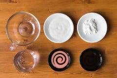L'amidon, sucre, vinaigre de riz, sauce de soja pour préparer des plats se trouvent dessus Image libre de droits