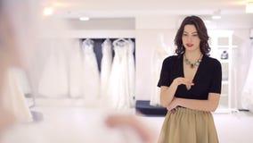 L'amie apprécie la robe de mariage banque de vidéos