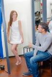 L'amie de aide choisissent la robe Photographie stock