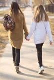 L'amie de deux filles, ou la mère et la fille sont sur la main de route Image stock