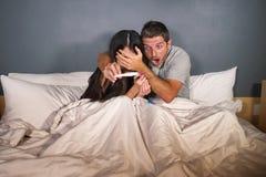 L'amie de jeunes couples ensemble l'épouse nerveuse et soumise à une contrainte de bâche d'homme ou observe l'essai de regard ent photos libres de droits