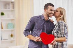 L'amie embrasse l'ami avec le symbole de coeur Photo stock