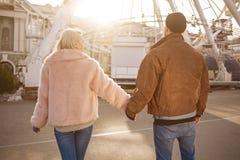 L'amie et l'ami enamourés agréables apprécient leur date Photos libres de droits