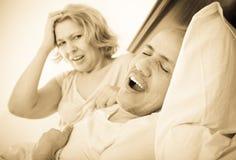 L'amie fâchée mûre ne peut pas tenir le type ronflant fort Photo libre de droits