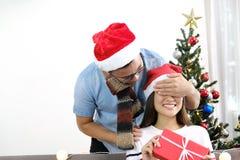 L'amie fermante de surprise heureuse de jeune homme observe avec des mains avec Image stock