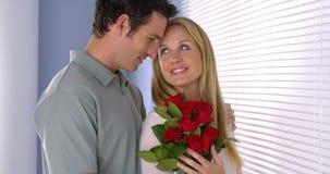 L'amie obtient étonnée avec des fleurs Photographie stock