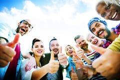 L'amitié d'amis aiment des pouces vers le haut de concept d'amusement d'unité Photographie stock