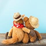 L'amitié, ours de nounours tenant le cheval de peluche dans des ses bras, a modifié la tonalité le vintage Photos libres de droits