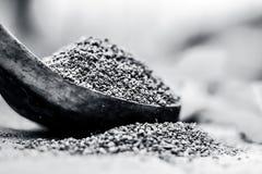 L'ammi de Trachyspermum, graines d'Ajwain dans un scoop en bois avec certains part sur un fond de jute Photographie stock libre de droits