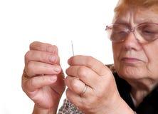 L'amorçage de passages de dame âgée dans le pointeau Photos stock