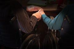 L'amore anziano delle coppie si tiene per mano Immagini Stock