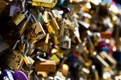 L'amore chiude il ponte a chiave Parigi Fotografia Stock