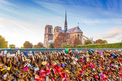 L'amore chiude le memorie a chiave dal Notre-Dame de Paris Fotografie Stock Libere da Diritti