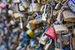 L'amore chiude - Pont a chiave de l ` Archevêché, Parigi, Francia immagini stock libere da diritti