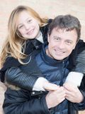 L'amore della parte della figlia e del padre è divertiresi all'aperto immagini stock