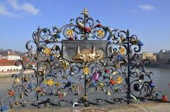 L'amore fissa Charles Bridge, Praga Immagini Stock Libere da Diritti