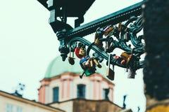L'amore fissa Charles Bridge, Praga immagine stock libera da diritti