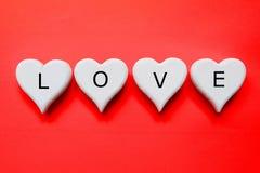 L'AMOUR écrit sur un coeur en bois blanc handcraft Photos libres de droits