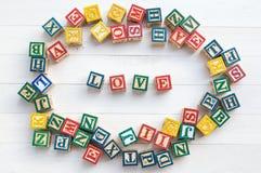 L'AMOUR écrivent dans le bloc en bois d'alphabet sur le fond en bois blanc Image libre de droits