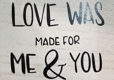 L'amour a été fait pour moi et vous imprimez sur le mur en bois Images libres de droits