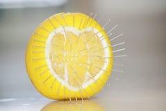 L'amour blesse le concept avec un fruit orange et des broches Images libres de droits