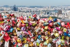 L'amour coloré ferme à clef à la tour de Séoul avec l'horizon de Séoul à l'arrière-plan Photographie stock libre de droits