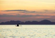 L'amour couple le canoë-kayak d'associés Image libre de droits