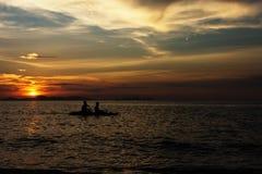 L'amour couple le canoë-kayak d'associés Images stock
