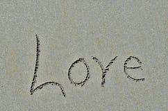 L'amour a découpé dans le sable de plage d'océan Photographie stock