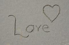 L'amour a découpé dans le sable de plage d'océan Photo libre de droits