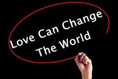 L'amour d'écriture de main peut changer le monde avec un marqueur Image stock