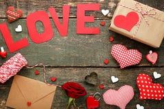 L'amour d'inscription avec a monté, enveloppe Photo stock