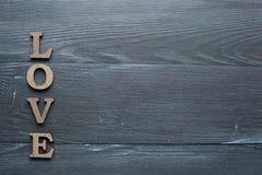 L'amour d'inscription est présenté dans les lettres en bois Photos stock