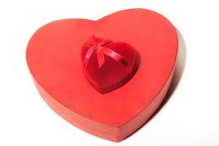 L'amour de cadeau avec un coeur rouge est sur la boîte sous forme de Image stock