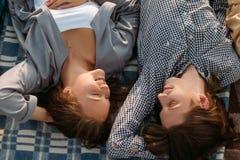 L'amour de couples détendent des rêves de tendresse d'intimité Photo stock