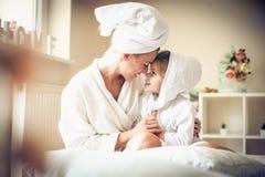 L'amour de mère et de fille est beau Images stock