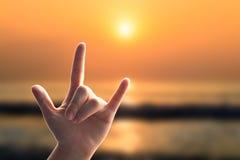 L'amour de mains se connectent la plage de coucher du soleil Photo stock