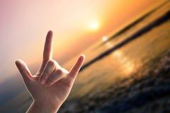 L'amour de mains se connectent la plage de coucher du soleil Image libre de droits