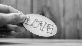 L'amour de mot à disposition sur un fond en bois Image libre de droits