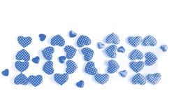 L'amour de mot écrit aux coeurs bleus d'isolement sur le fond blanc Images libres de droits