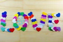 L'amour de mot écrit avec des coeurs de carton Photographie stock