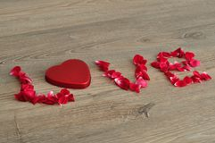 L'amour de mot écrit avec des pétales de rose Photos libres de droits