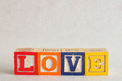 L'amour de mot écrit avec les blocs colorés Photographie stock
