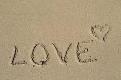 L'amour de mot écrit dans le sable Photo libre de droits