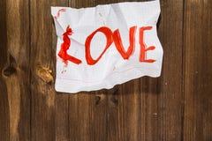 L'amour de mot écrit sur la feuille standard chiffonnée qui est unité centrale Photos libres de droits