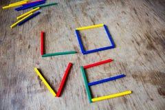 L'amour de mot, écrit sur un conseil en bois Photo stock