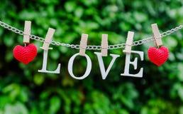L'amour de mot avec l'agrafe en bois sur la chaîne Image libre de droits