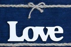 L'amour de mot avec la frontière de corde et arc sur le denim Images libres de droits