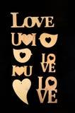 L'amour de mot avec le coeur en pierre sur un fond en bois Photos libres de droits