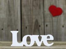 L'amour de mot avec le coeur rouge à l'arrière-plan Photographie stock libre de droits
